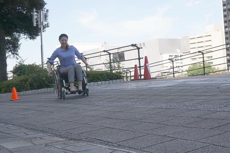 片流れ制御OFFでは、斜面方向に車椅子が曲がっていく
