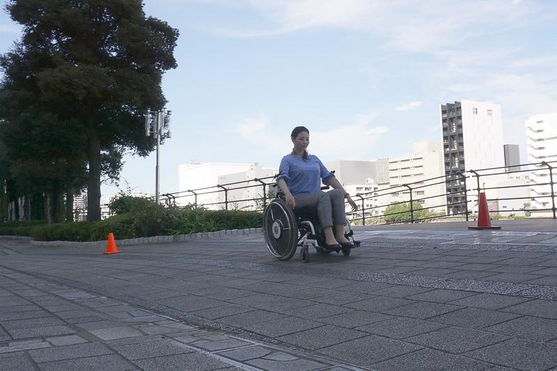 片流れ制御ONにすると、斜面でも車椅子はまっすぐに走る!