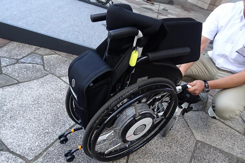 手動式車椅子と同様にワンアクションで折り畳みが可能。バッテリーケースは後ろにスライドする仕組みなので、取り外す必要はナシ