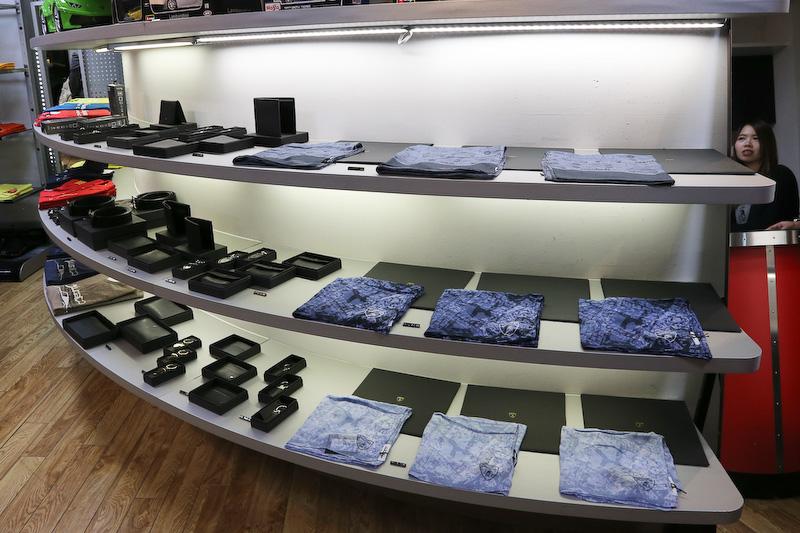 Tシャツやポロシャツ、パーカー、ジャンパーから、折りたたみ傘やバッヂ、キーホルダーなど豊富なラインアップが用意される