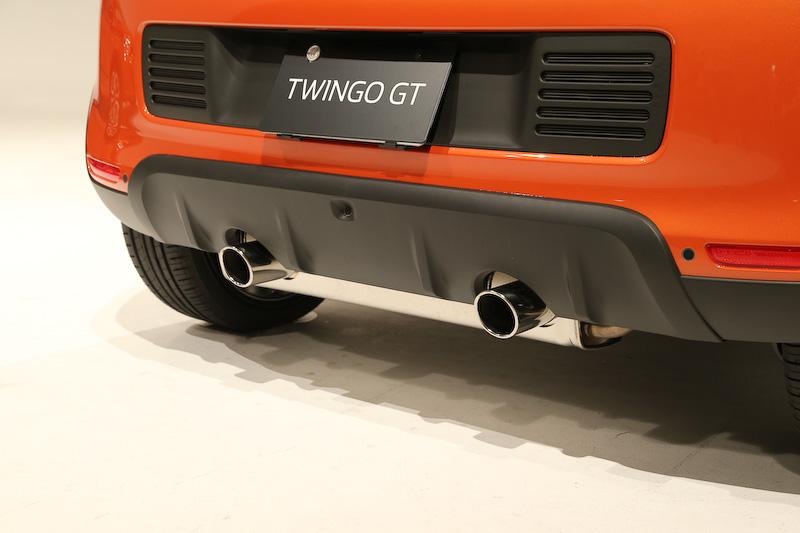 クロームデュアルエキゾーストパイプが目を引くリアまわり。テールゲートの左側に「RENAULT SPORT」、右側に「GT」のバッヂが備わる代わりに、カタログモデルでは中央に「TWINGO」のバッヂがつくところ、トゥインゴGTでは非装着となる