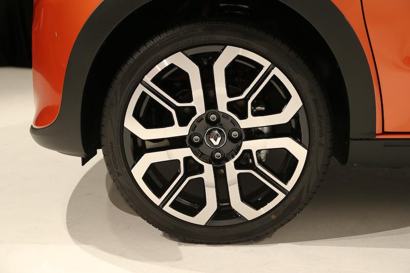 「オランジュ ブレイズM」カラーを身にまとうエクステリアでは、ボンネットからルーフ後端にかけてNACAダクトをイメージしたデカール、コンセプトカー「Twin'Run」と同デザインの17インチアロイホイール(タイヤは横浜ゴム「ブルーアース・エース」。フロント:185/45 R17、リア:205/40 R17)などを装着