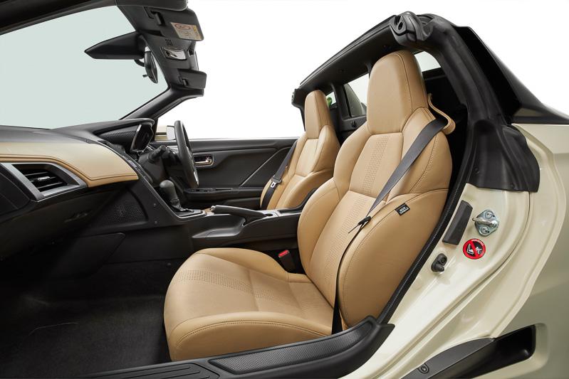 シート、インパネソフトパッドに専用色のライトタンを使い、ボディカラーの専用色「ヒダマリアイボリー・パール」などとカラーコーディネート