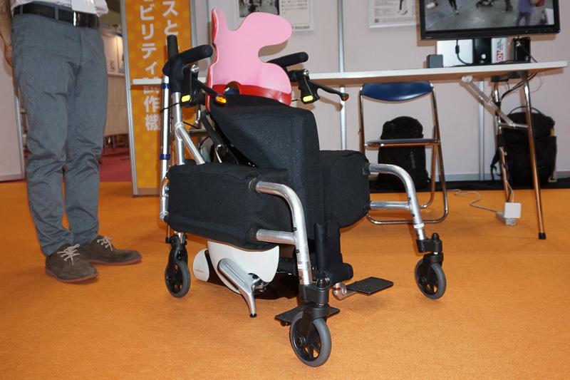 参考出品の「UNI-CUB βをベースとした障碍者向け一人乗りパーソナルモビリティ試作機」