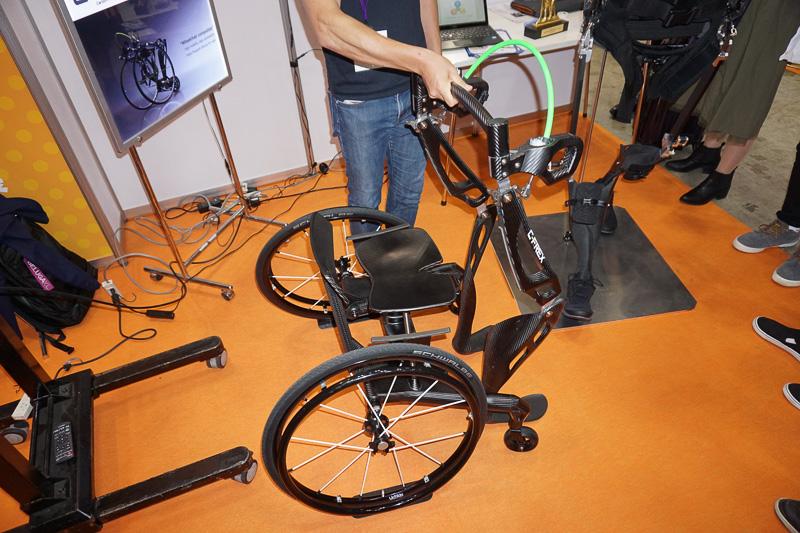 車椅子と合体可能なカーボン製長下肢装具「C-FREX」