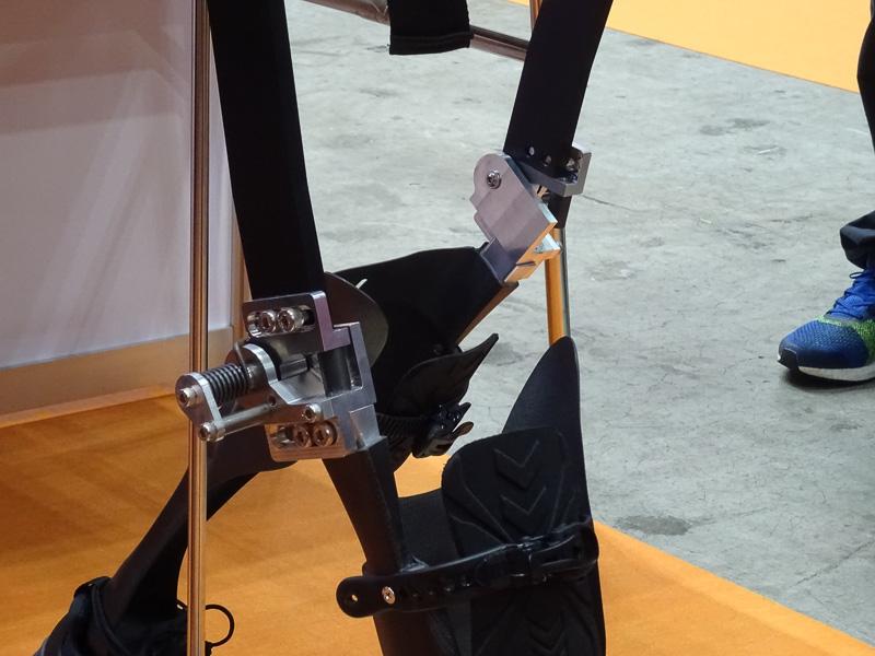 長下装具としては画期的な、膝が曲がる仕様。また、カーボン素材のバネ効果により下肢を前に蹴り出せるので、歩く感覚により近付いたという