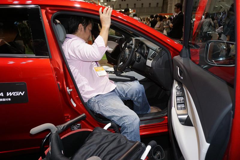 ロードスター RFとアテンザともに手だけで運転できる手動運転装置が付いている。よりスポーティな走りが楽しめるロードスターRFにはステアリングスポーク右に、親指で操作可能なシフトダウンボタンも装備