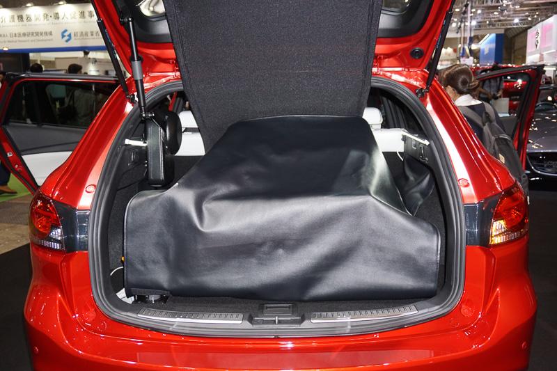 展示されていたアテンザのトランクルームには、リモコンで動く小型のクレーンを装備。奥には競技用の車椅子が置かれ、車椅子でスポーツをするユーザーの利用を思わせるディスプレイ