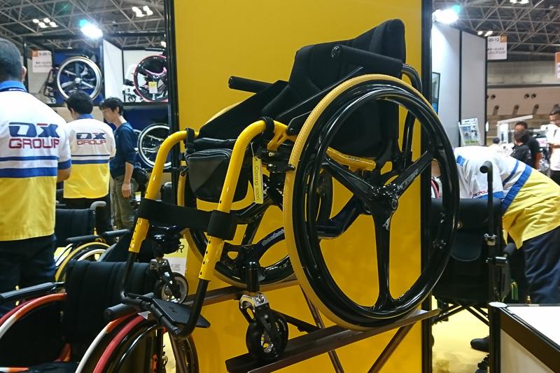 参考出品の車椅子。上下セパレート構造でマルチマテリアル化を意識した設計。軸受け内部にはダンパーを内蔵する