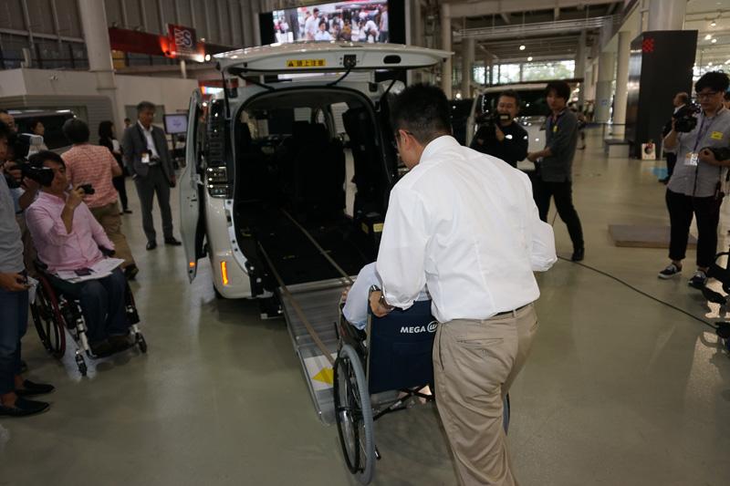 従来の車椅子仕様車では、車椅子を固定のための手順が多く、介護者の負担となっていた