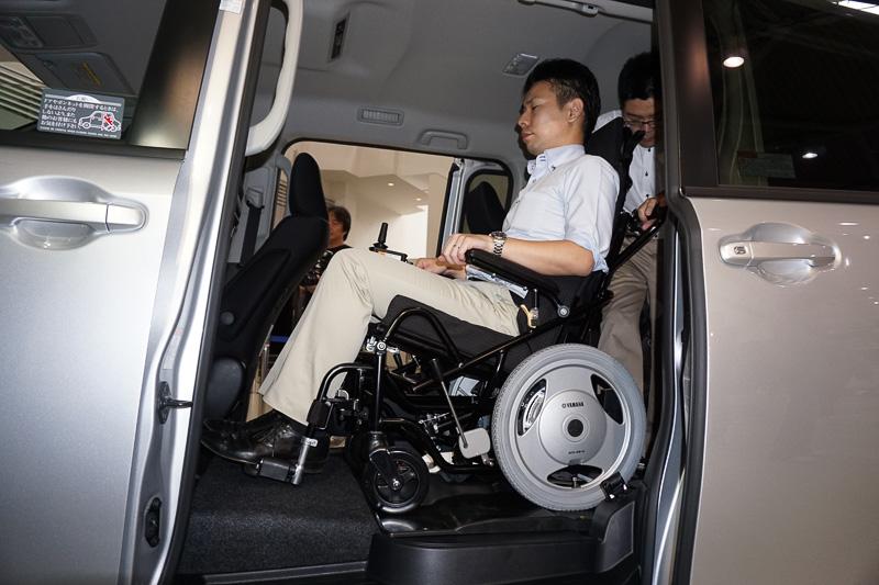 車いすの固定が簡単にできる「ワンタッチ固定装置」をする電動ウェルチェア+ワンタッチ固定仕様。ロックの解除も楽な姿勢で行なえる