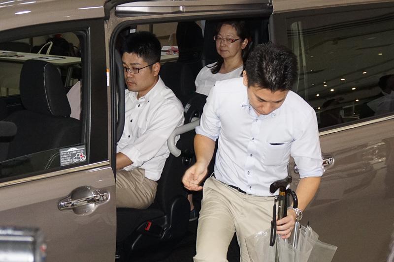 3列目シートに座っている方が乗り降りする際、2列目の乗員が車外に出なくて済むよう車内のシートレイアウトを工夫