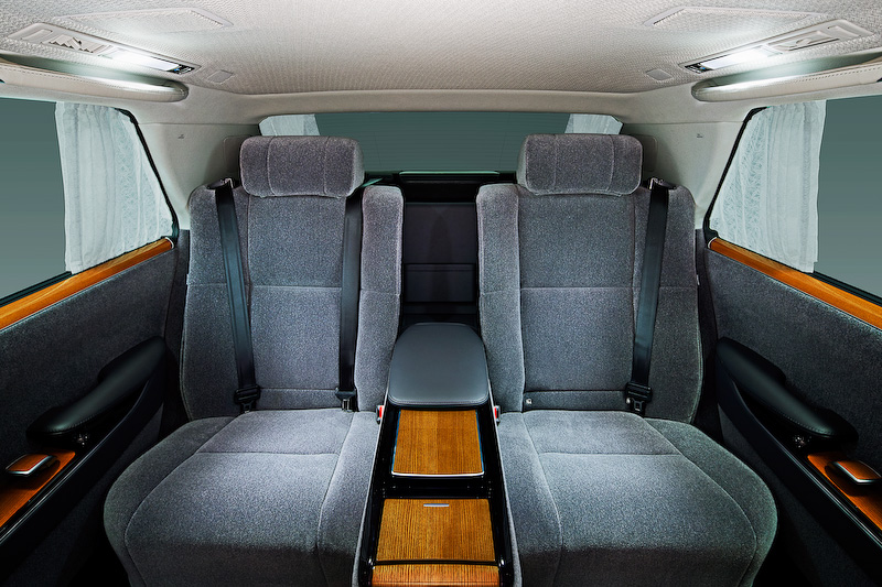 新型センチュリーでは全長やホイールベース、トレッドが従来型から拡大。ホイールベース延長分を後席スペースの拡大に充てることで、乗員の膝まわりや足下の空間を確保するとともに、スカッフプレートとフロアの低段差化・ドア開口高さの拡大により、優れた乗降性を実現したという
