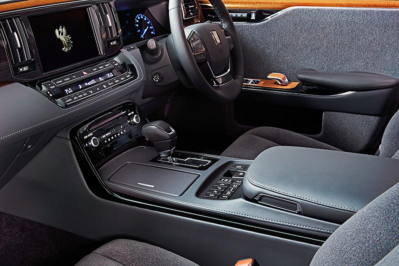 前席では後席同様に杢柄を横基調に施すとともに、インストルメントパネル中央部に黒杢加飾をあしらうことで品位ある質感を表現