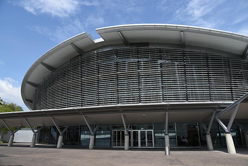 ダーウィンコンベンションセンター。ダーウィンの中心部から南に位置し、すぐ側に海がある