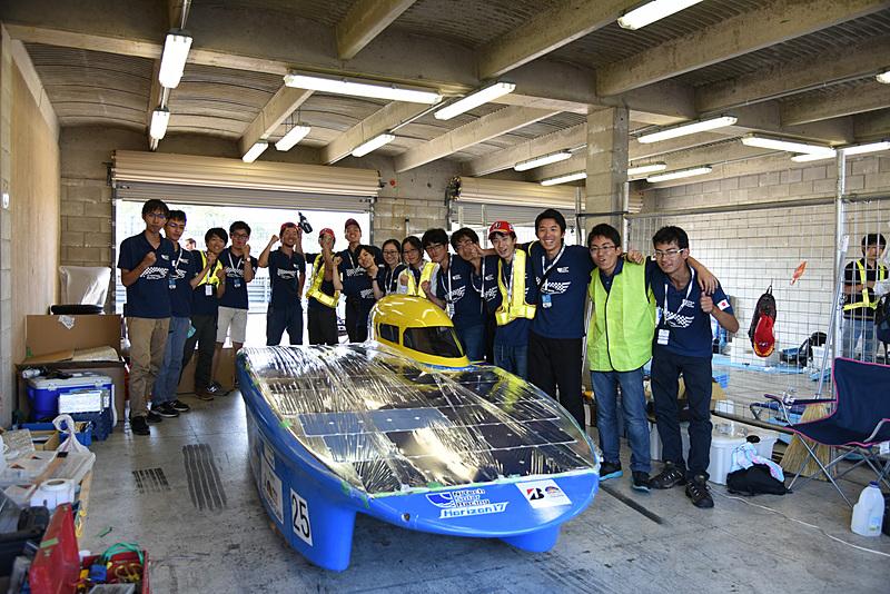 25号車 名古屋工業大学ソーラーカー部「Horizon 17」。Horizon 17はカタマラン型のボディを採用する