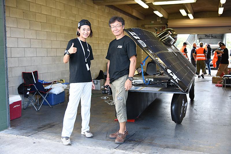 ドライバー件チーム広報の藤原弘子さん(左)と、車体製作に携わった武田信寛氏(右)