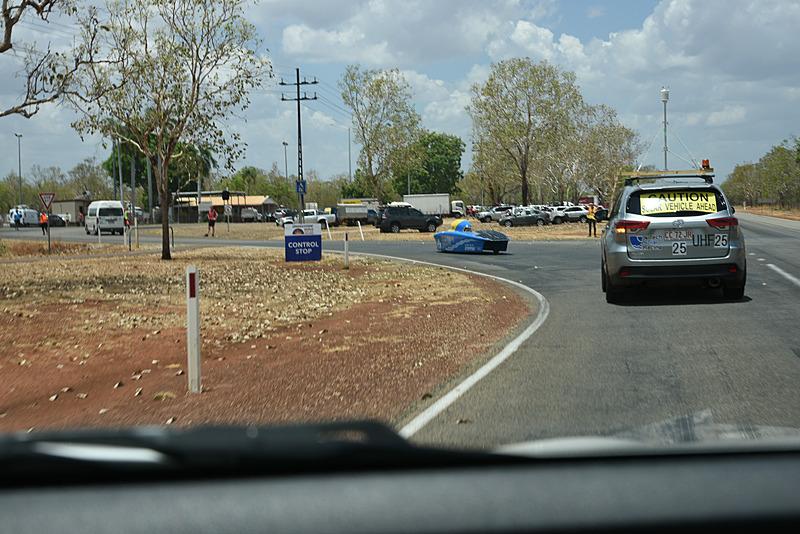 取材車もキャサリンへ到着。普通のクルマでも疲れる距離を、ソーラーカーで走るのは非常に大変だと思われる