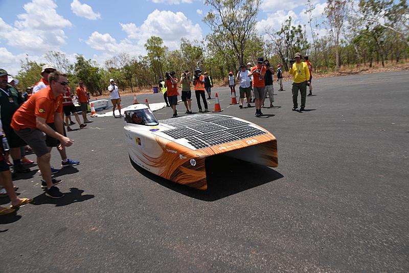 3号車 Nuon Solar Team「Nuna9」が東海大学チームを追うように出発。その後、逆転に成功した