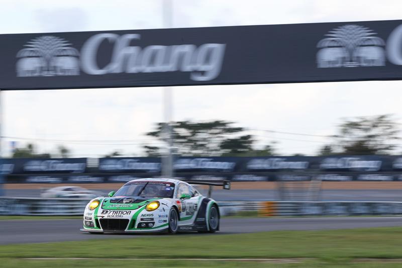 一時トップに立った33号車D'station Porsche