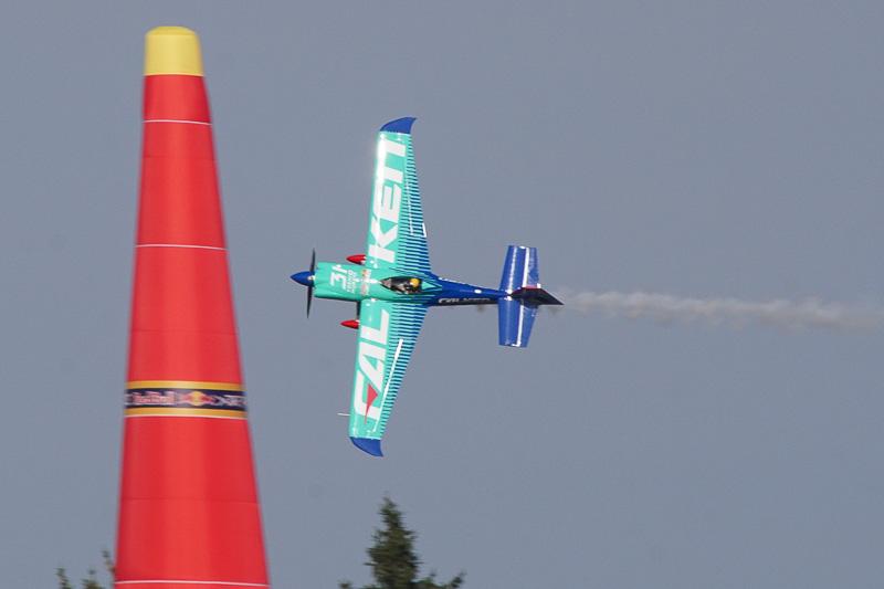 予選飛行中の室屋義秀選手(No.31 チーム ファルケン)