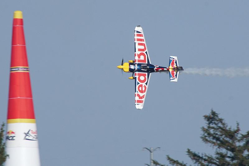予選飛行中のマルティン・ソンカ選手(No.8 レッドブルチーム ソンカ)。決勝「Round of 14」で室屋選手と対戦