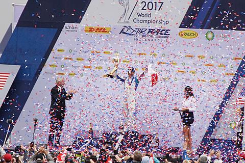 【レッドブル・エアレース最終戦 インディアナポリス】決勝詳報、最終の「Final 4」で最速1分03秒026秒を記録した室屋義秀選手が優勝&世界チャンピオン獲得 レッドブル・エアレース最終戦 インディアナポリスを優勝。シリーズランキング1位となり、2017年シーズンの世界チャンピオン表彰式で花吹雪を受ける室屋選手