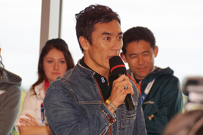 会見の質疑応答で室屋選手に対して、福島に関する質問を英語で投げかける佐藤琢磨選手