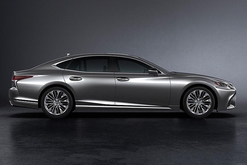 ボディサイズは、2WDモデルが5235×1900×1450mm(全長×全幅×全高)で、4WDモデルは全高が1460mmとなる。ホイールベースは3125mm