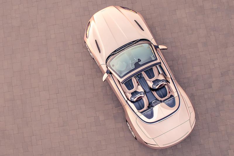 DB11 ヴォランテのボディサイズは4750×1950×1300mm(全長×全幅[ドアミラーをのぞく]×全高)、ホイールベースは2805mm。V型8気筒4.0リッター直噴ツインターボエンジンに8速ATを組み合わせ、0-100km/h加速4.1秒、最高速300km/hを誇る
