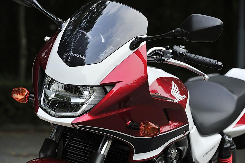 スーパーボルドールは防風効果が高いフロントカウル、角形のヘッドライトを装着