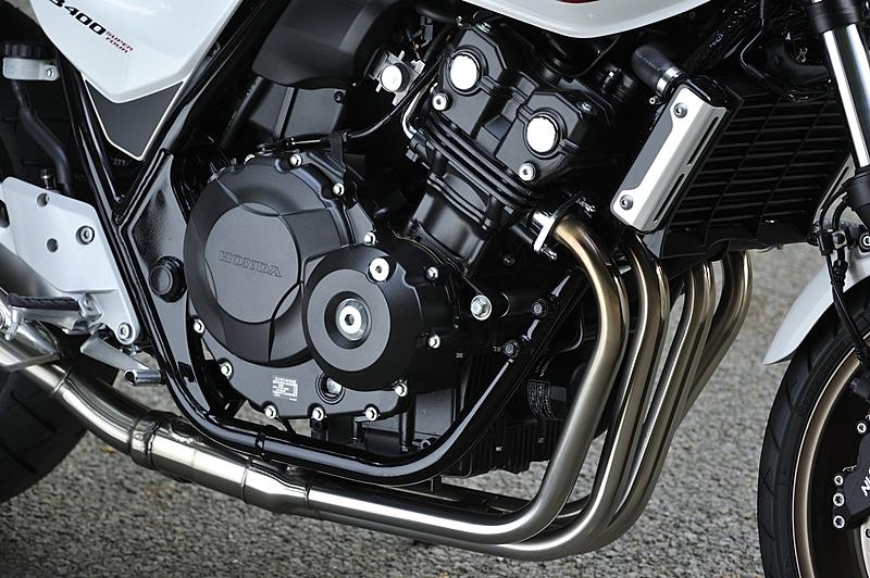 直列4気筒DOHC 0.4リッターの「NC42E」型エンジン。最高出力41Kw(56PS)/11000rpm、最大トルク39Nm(4.0kgm)/9500rpmを発生