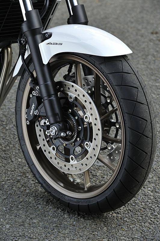 全車でABSを採用。タイヤサイズはフロントが120/60 ZR17、リアが160/60 ZR17