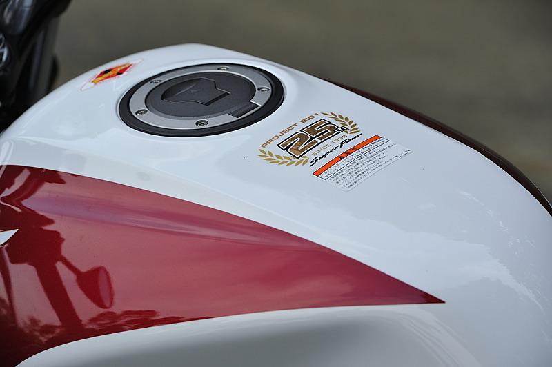 燃料タンク上面に「PROJECT BIG-1誕生25周年記念専用マーク」を装着