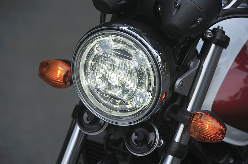CB400 SUPER FOURが装着する丸形LEDヘッドライトの点灯パターン