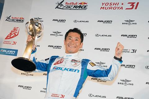 レッドブル エアレース 2017の世界チャンピオン・室屋義秀選手、最終戦の優勝を含め今シーズンの激闘を振り返る レッドブル・エアレースで世界チャンピオンを獲得。室屋義秀選手(No.31 チーム ファルケン)