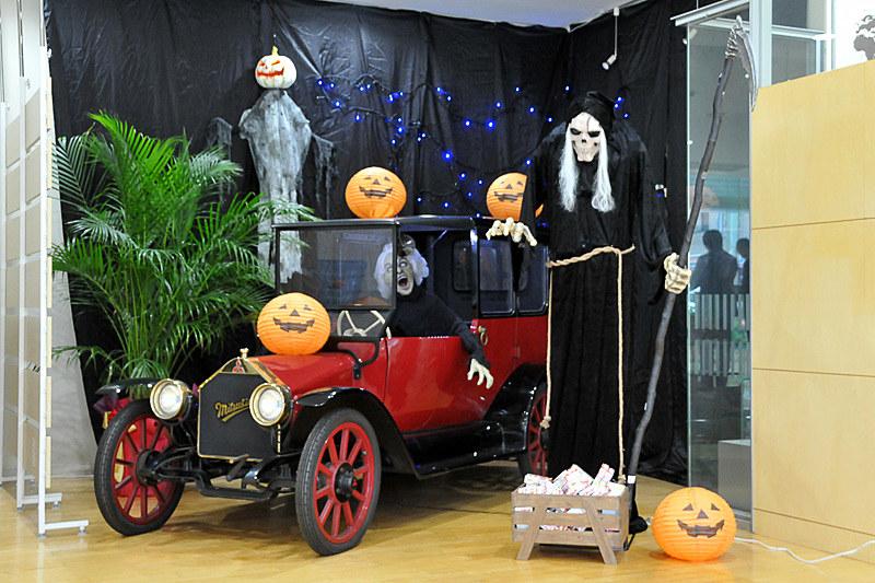 カウンターの横のスペースには、ハロウィンの飾り付けがされていた