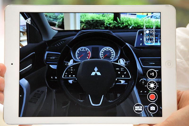 運転席に座るとハンドルとメーターが表示される。ARで体験できるエクリプス クロスは欧州仕様車とのことで、ハンドル位置は左だ