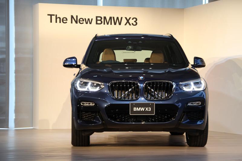 写真は新型X3「xDrive 20d M Sport」。ボディサイズは全グレード共通で4720×1890×1675mm(全長×全幅×全高)、ホイールベースは2865mm。車両重量1860kg。エクステリアでは先進のエアロダイナミクス技術を駆使し、Cd値0.29を実現するという