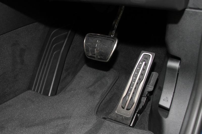 コニャックカラーのヴァ―ネスカ・レザーを用いたxDrive 20d M Sportのインテリア。後席は40:20:40の分割可倒式で、リクライニングも可能