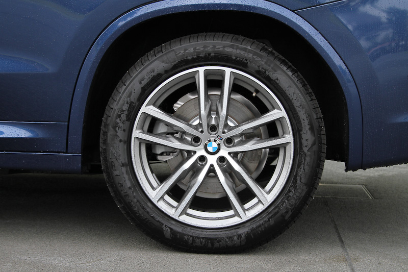 M Sportの足下は19インチ M ライト・アロイ・ホイール・ダブルスポーク・スタイリング698とピレリ「CINTURATO」(245/50 R19)の組み合わせ。テールランプはL字型デザインを採用し、こちらもLEDとなる