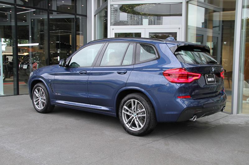 ボディカラーはファイトニック・ブルー。なお、ガソリン仕様の「xDrive20i」の納車タイミングは2018年2月以降を予定している