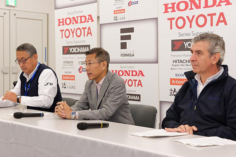 写真左から、株式会社日本レースプロモーション 技術顧問 白井裕氏、同 代表取締役社長 倉下明氏、来日したダラーラ CEO アンドレア・ポントレモリ氏