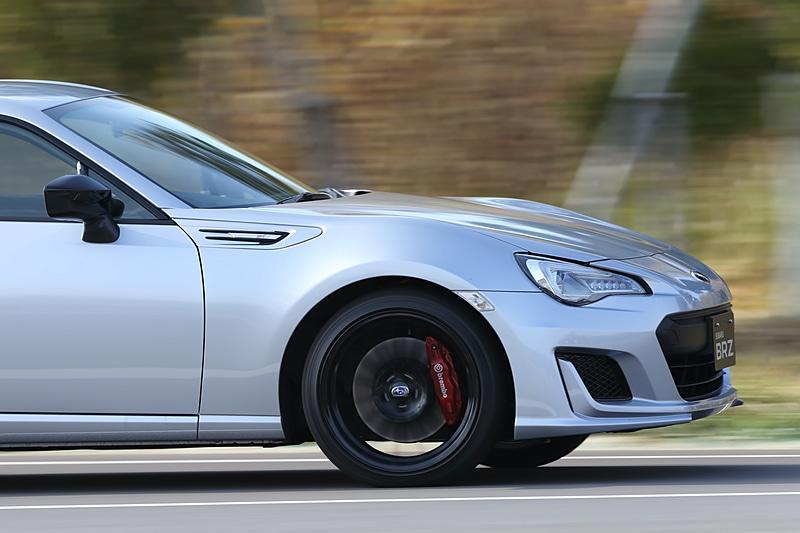 18インチタイヤ採用に伴う車体入力増に対応するため、フロントクロスメンバーと車体(サブフレーム)を斜めにつなぐ「フレキシブルドロースティフナー」を採用