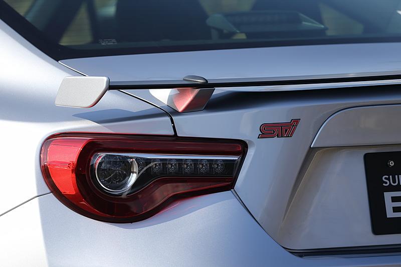 エクステリアはSTI車として統一したデザインを採用