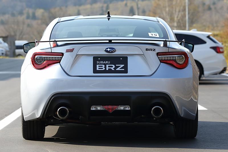 「GT」の上位グレードに位置付けられる「STI Sport」
