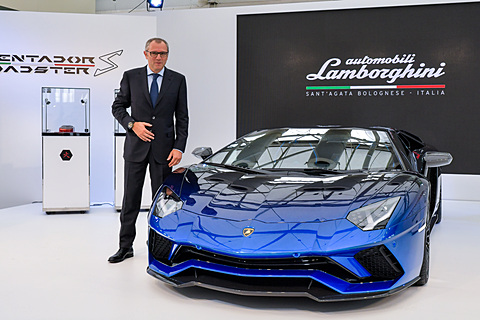 【インタビュー】ランボルギーニ日本輸入開始50周年について伊ランボルギーニ CEOステファノ・ドメニカリ氏に聞く アウトモビリ・ランボルギーニ CEOのステファノ・ドメニカリ氏と「アヴェンタドール S ロードスター 50th Anniversary Japan」