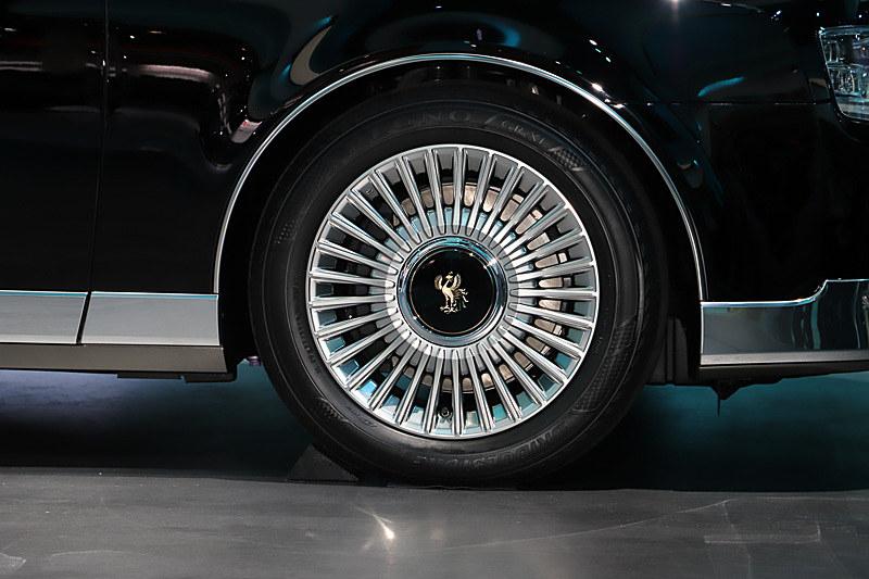 タイヤはブリヂストンのレグノを装着。サイズは225/55 R18