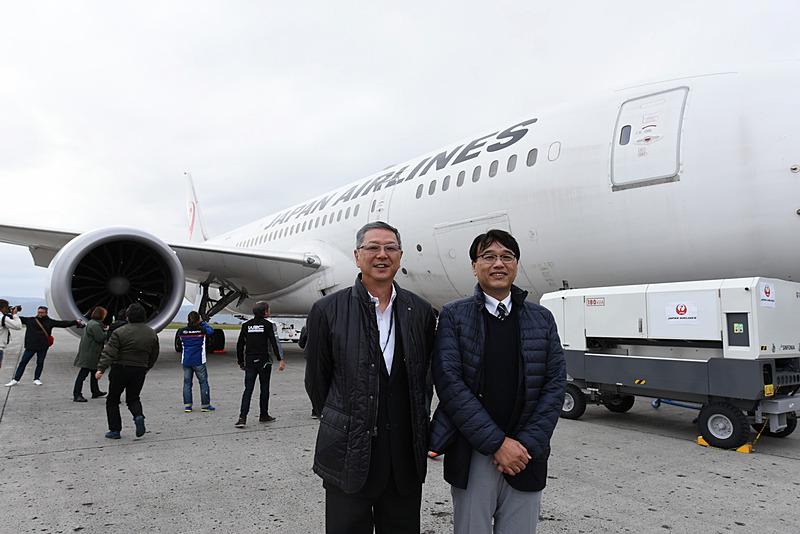 ボーイング 787-8型機の前で。株式会社スバル 航空宇宙カンパニー ヴァイスプレジデント 技術開発センター長 若井洋氏(右)、株式会社スバル 執行役員 内田雅之氏(左)