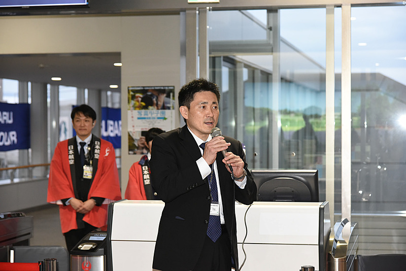 株式会社JALエンジニアリング 技術部 システム技術室 期待技術グループ グループ長 盛崎秀明氏。JAL4902便は出発が遅れたのだが、その遅れの理由を搭乗口で事前に説明してくれたときの一コマ